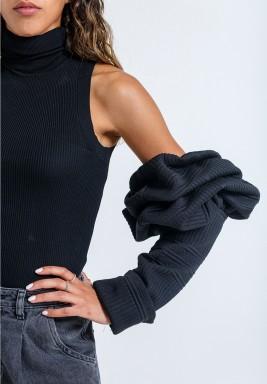 Puffed black sleeves