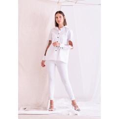 قميص أبيض بأكمام مفتوحة