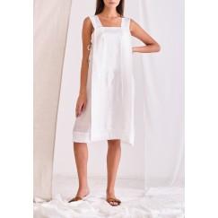 فستان أبيض بدون أكمام