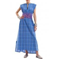 فستان أزرق بطيات