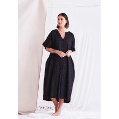 فستان أسود بأكمام قصيرة