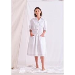 فستان أبيض بخصر مزموم