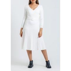 فستان أبيض بكسرات متوسط الطول