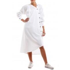 فستان أبيض مع أزرار قطرية مائلة