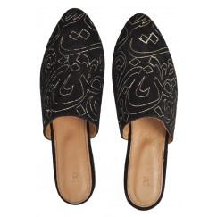 حذاء أسود مطرز بحروف عربية