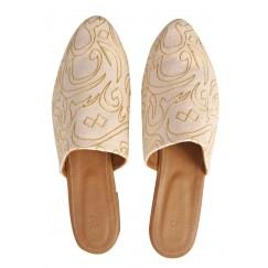 حذاء بيج مطرز بحروف عربية