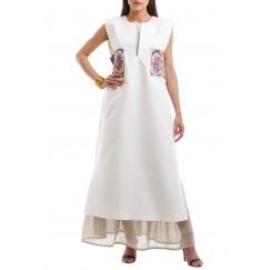 فستان أبيض مطرز برفرفات من قطعتين