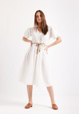فستان أبيض باكمام قصيرة منفوخة