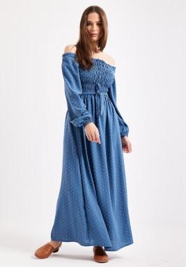 فستان أزرق مزموم بأكتاف مكشوفة