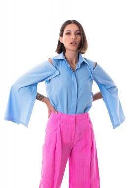قميص أزرق بأكمام مفتوحة