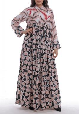فستان مليحة الوردي بطبعات وأكمام طويلة