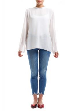 بلوزة بيضاء بأكمام طويلة