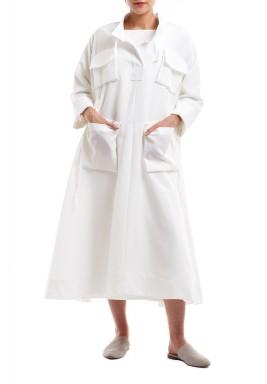 فستان أبيض بأربعة جيوب