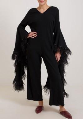 جمبسوت أسود بأكمام الريش الطويلة