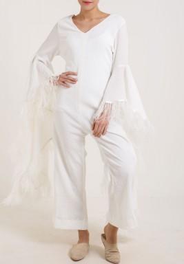 جمبسوت أبيض بأكمام الريش الطويلة