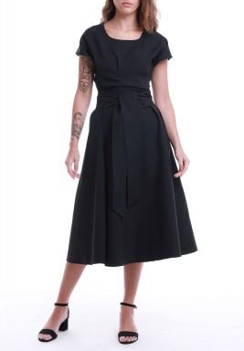 فستان أسود محزم بأكمام قصيرة