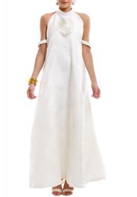 فستان أبيض بظهر مفتوح وضفيرة