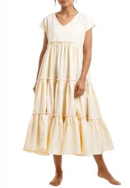 فستان أبيض وخوخي فاتح برفرفات