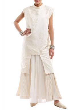فستان الملكة الكريمي
