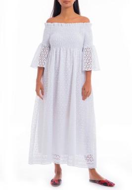 فستان أبيض بفتحات وأكتاف مكشوفة