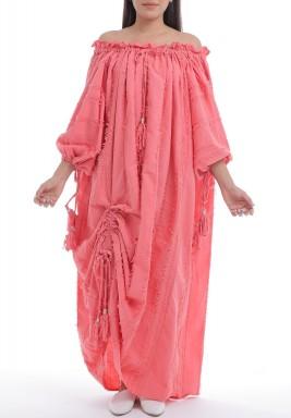 فستان وردي بأكتاف مكشوفة وشراشيب