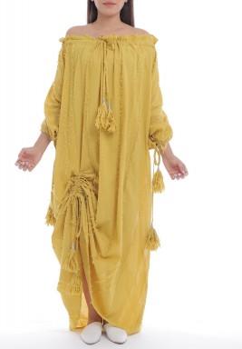 فستان خردلي بأكتاف مكشوفة وشراشيب