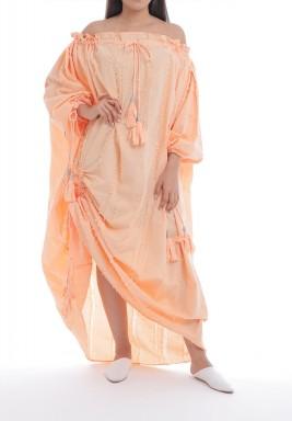 فستان خوخي بأكتاف مكشوفة وشراشيب