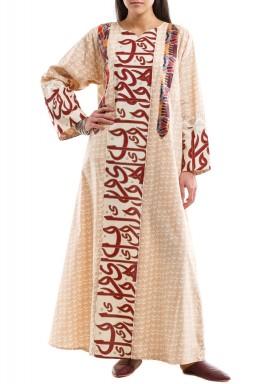 قفطان بنمط الأرابيسك ومشجر مع كتابات بالخط العربي الأصيل