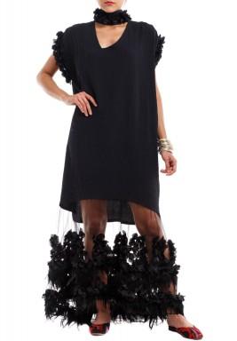 فستان لوليا الأسود بتطريز ريش وورود