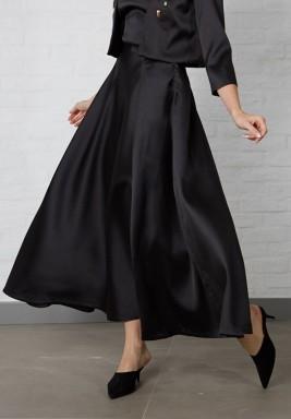 تنورة سوداء كلوش حرير