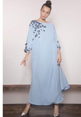 فستان أزرق فاتح مطرز بمراوح