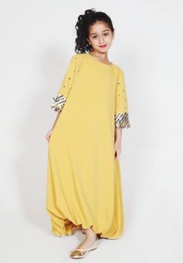 فستان أصفر بزخرفات وحاشية مزمومة