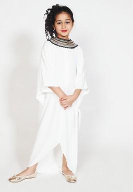 فستان أبيض كريب بياقة مزخرفة