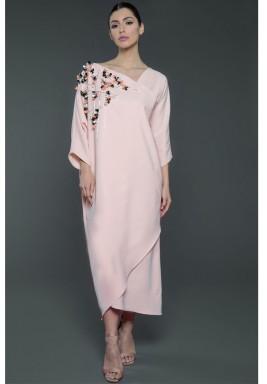 فستان وردي حرير مزخرف بالورود