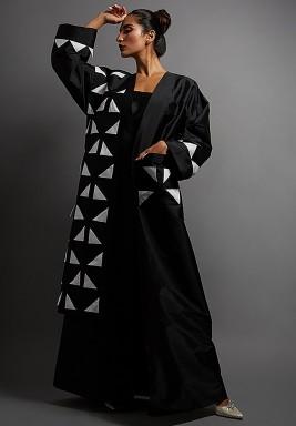 عباية أسود وأبيض بمثلثات وجيب كبير