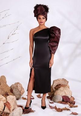 فستان أسود بكم واحد من الساتان الحريري