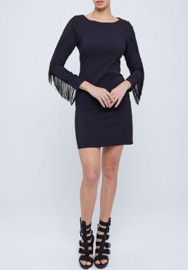 فستان أسود قصير بأكمام بشراشيب