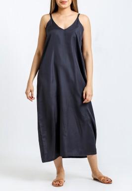 فستان أسود داخلي متوسط الطول