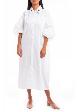 فستان أبيض بتطريز نخيل وأكمام منفوخة