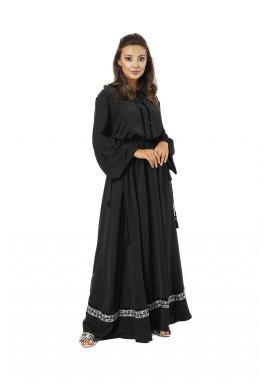فستان بيكا الأسود بتفاصيل مخملية