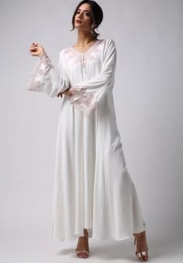 فستان أبيض لؤلؤي بدانتيل وردي