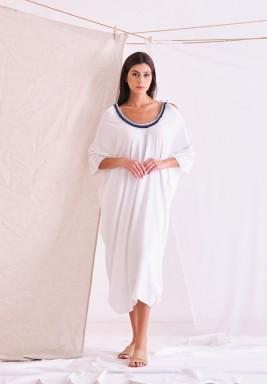 فستان أبيض مجعد بأكتاف مربوطة