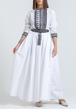 فستان أبيض وأسود مطرز ومحزم