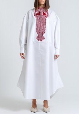 فستان أبيض فضفاض بتطريز أحمر