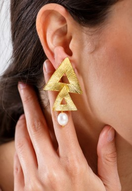 أقراط المثلثات الذهبية واللؤلؤ