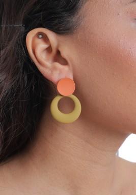 أقراط صفراء وبرتقالية متدلية بتصميم دائري