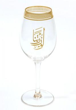 كوب عصير مزين بكتابات عربية باللون الذهبي