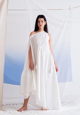 فستان أبيض بشراشيب وكسرات