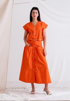 فستان برتقالي باكمام قصيرة وأزرار