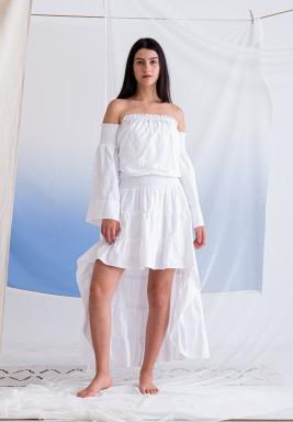 فستان أبيض بخصر مزموم وأكتاف مكشوفة